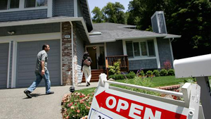 Real estate agents arrive at a brokers tour showing a house for sale in San Rafael, California./Getty Images